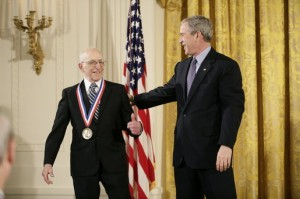 Her mottar Ralph Baer 'National Medal of Technology' av George W. Bush. Foto: Wikipedia